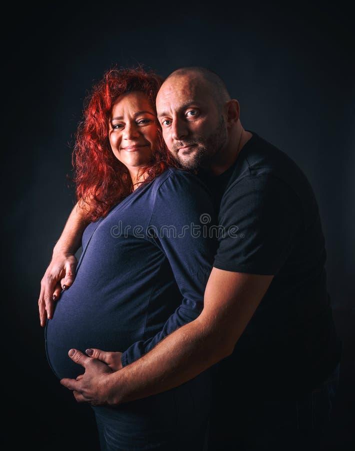 Zwangere vrouw met echtgenoot stock fotografie