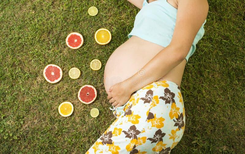 Zwangere vrouw met fruit royalty-vrije stock afbeeldingen