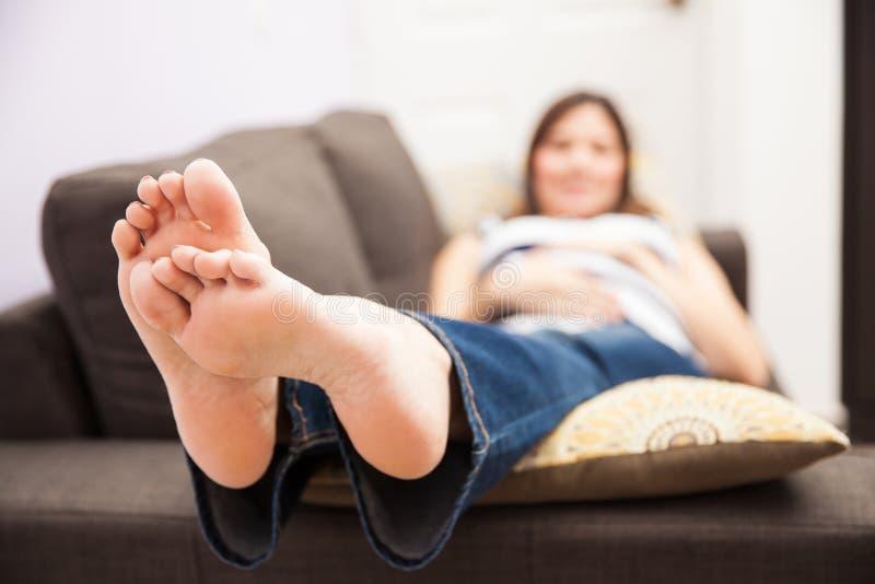 Zwangere vrouw met gezwelde voeten royalty-vrije stock foto