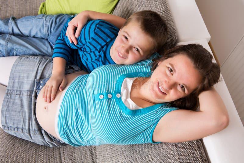 Zwangere vrouw met haar zoon royalty-vrije stock foto