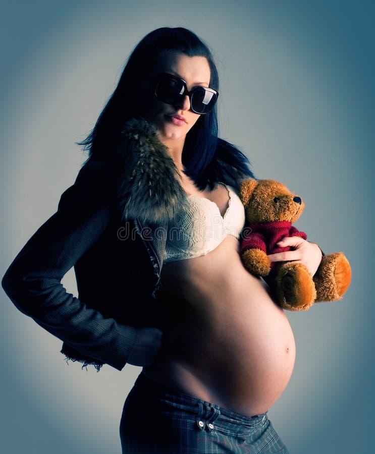 Zwangere vrouw met stuk speelgoed royalty-vrije stock foto's