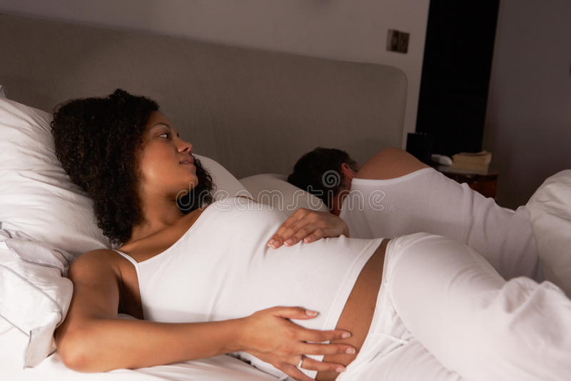 Zwangere vrouw onbekwaam aan slaap royalty-vrije stock afbeelding