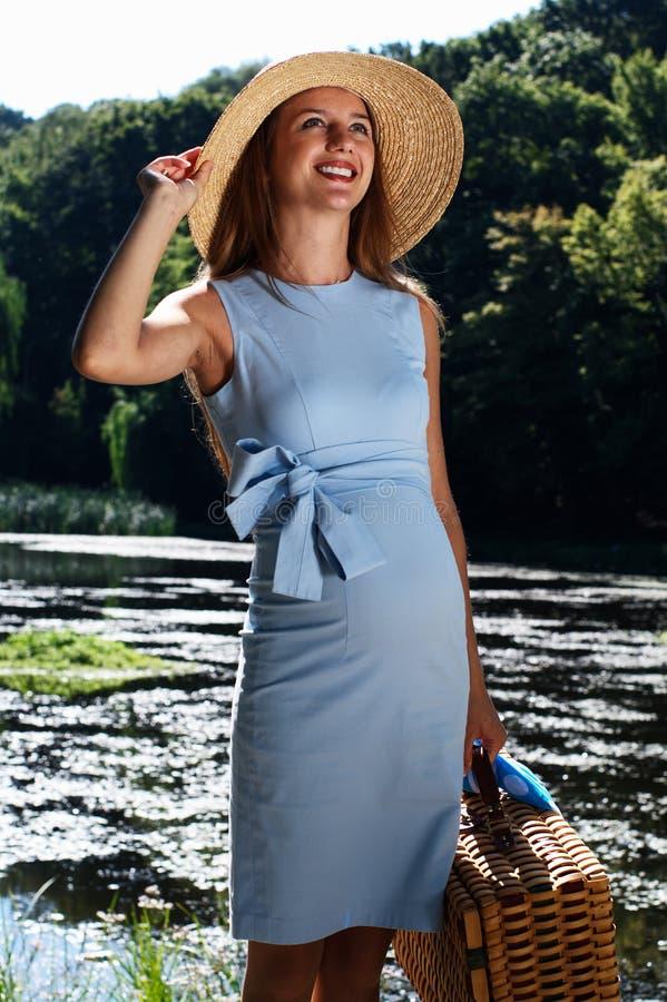 Zwangere vrouw op de rivier stock foto