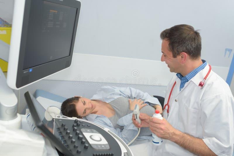 Zwangere vrouw op prenatale ultrasone klank stock foto