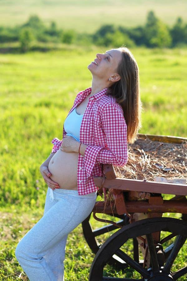 Zwangere vrouw in openlucht royalty-vrije stock afbeelding