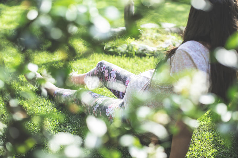 Zwangere vrouwen in de tuin stock afbeelding