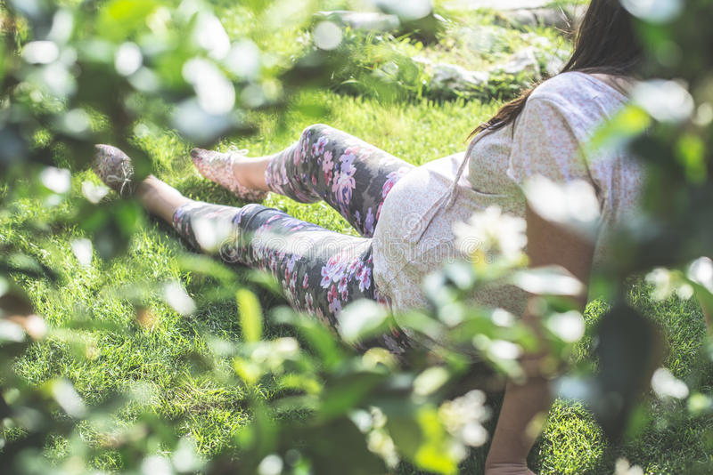 Zwangere vrouwen in de tuin royalty-vrije stock foto's