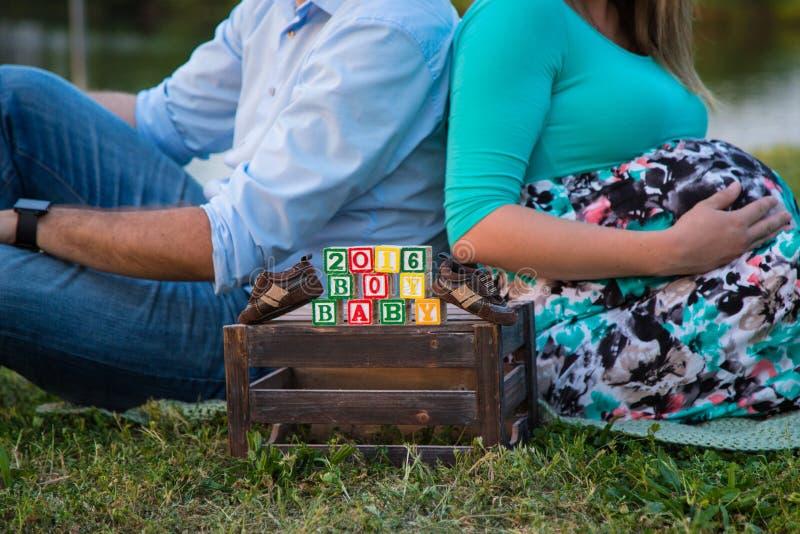 Zwangere vrouwen die haar buik houden stock foto's