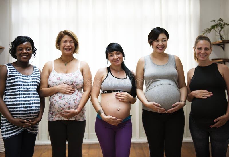 Zwangere vrouwen in een klasse royalty-vrije stock foto's