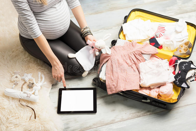 Zwangere vrouwenverpakking voor het ziekenhuis royalty-vrije stock fotografie