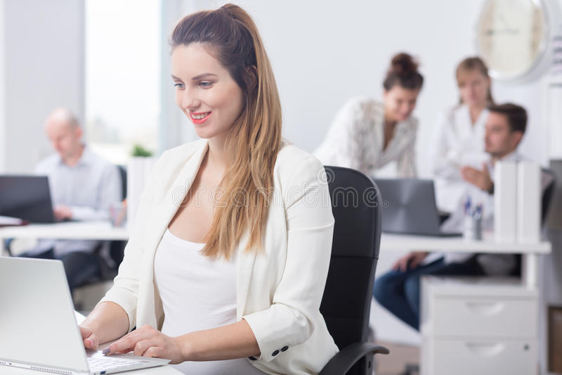 Zwangerschap en carrière in bedrijf stock afbeelding