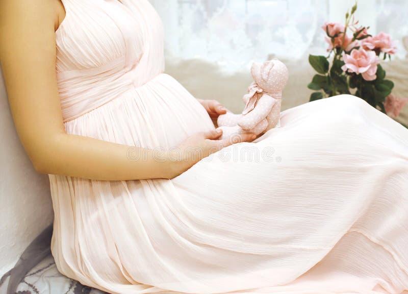 Zwangerschap, moederschap en gelukkig toekomstig moederconcept - vrouw stock afbeeldingen