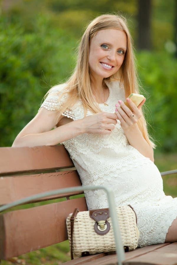Zwangerschapsvrouw die door mobiel roept royalty-vrije stock fotografie
