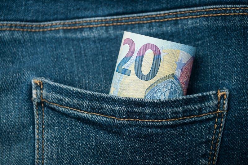 Zwanzig Eurobanknoten in den Blue Jeans stecken ein lizenzfreie stockbilder