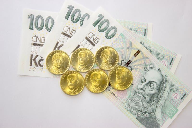 Zwanzig tschechische Münzen der Krone mit Banknote - 100. stockfoto