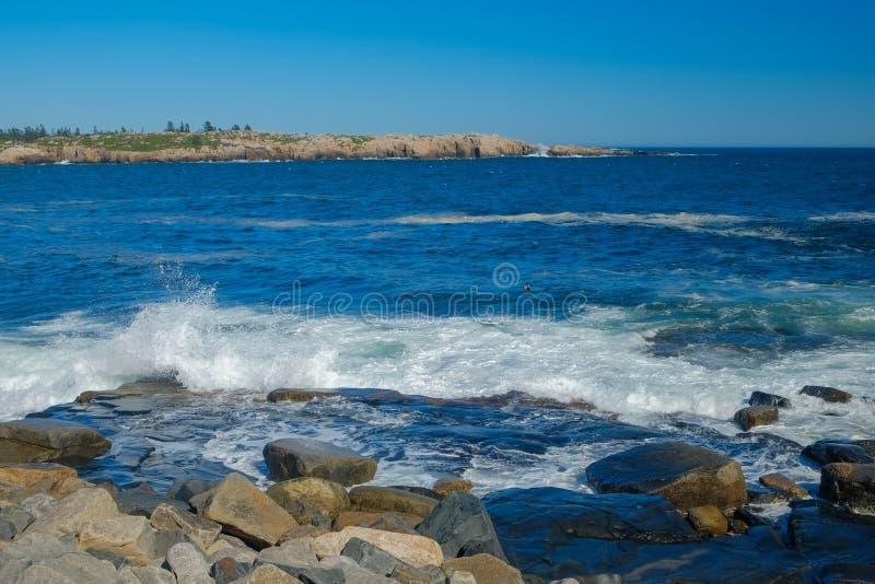 Zware golven op Granietrotsen stock fotografie
