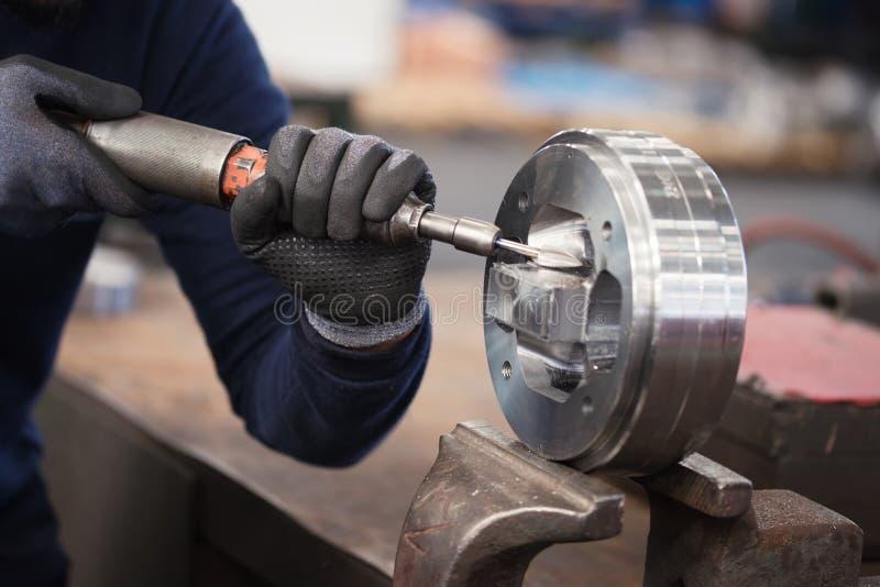 Zware industrie handarbeider met molen, mens die glas met zijn handen dragen die in zware industrie malen royalty-vrije stock afbeeldingen
