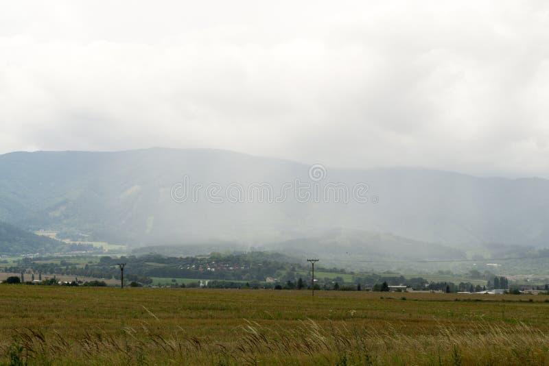 Zware onweerswolken en sterke wind over de stad royalty-vrije stock afbeelding