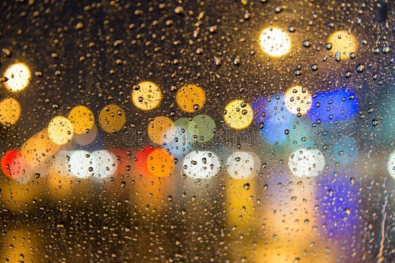 Zware regen bij nacht, vage gezichtsmening van auto binnen voorg royalty-vrije stock fotografie