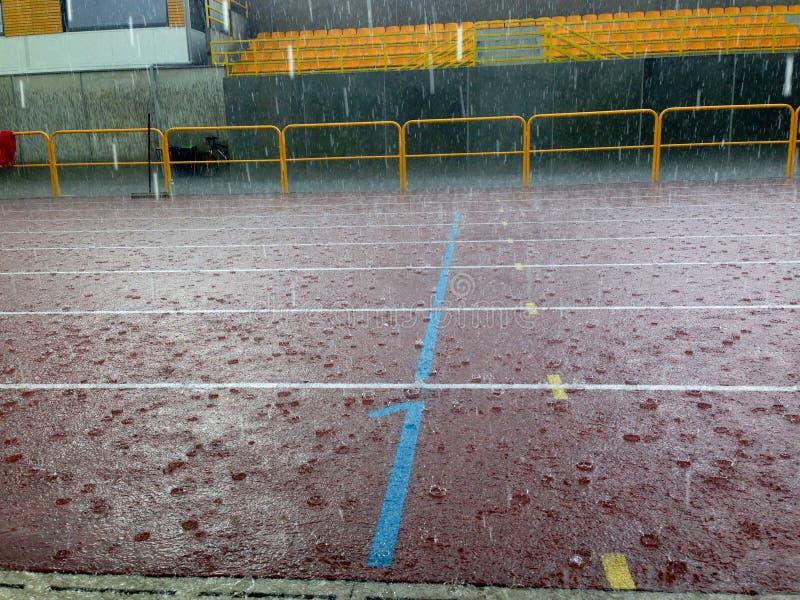 Zware regen in het stadion stock afbeeldingen