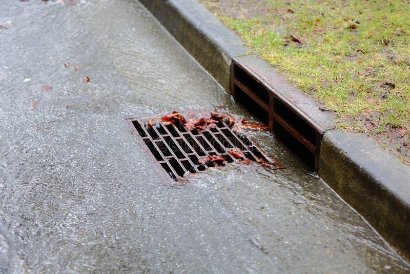 Zware Regen, Onweersafvoerkanaal stock foto