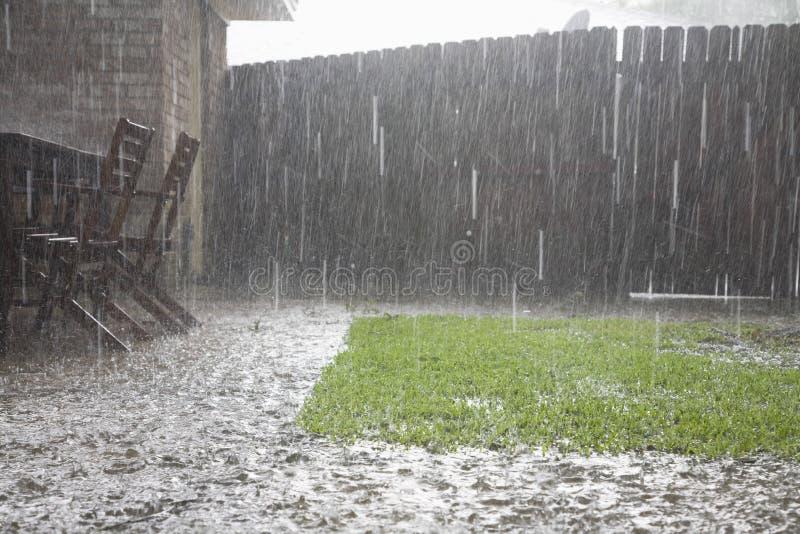 Zware Regens in Binnenplaats stock fotografie
