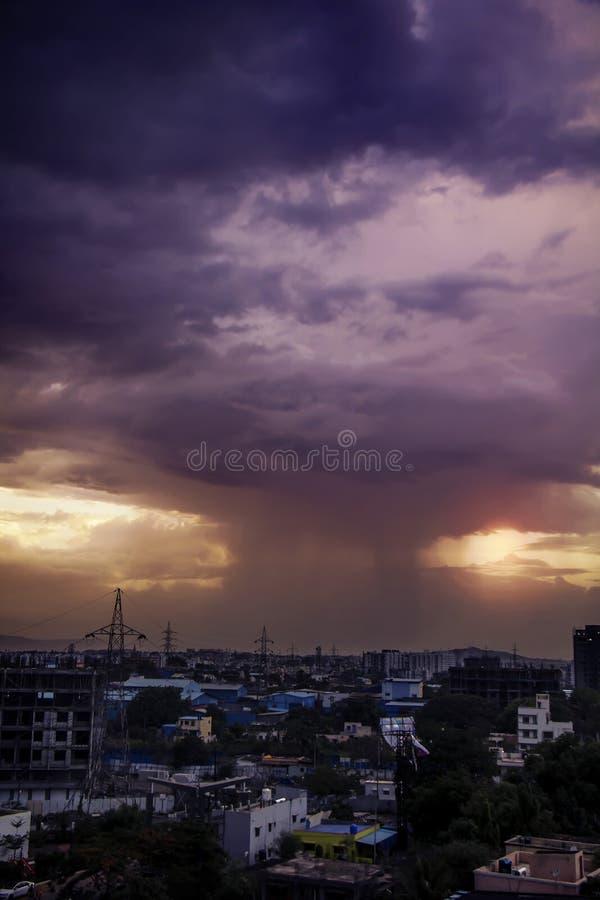 Zware regenval in de stad vlak vóór zonsondergang royalty-vrije stock foto's