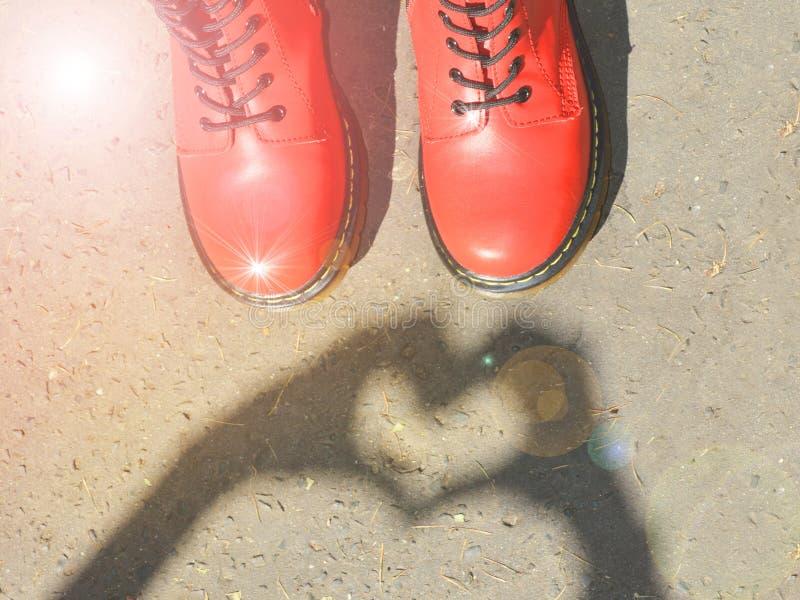 Zware rode schoenen met retro uitstekende effect van de stijlfilter royalty-vrije stock foto