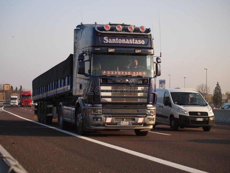 Zware Scania-vrachtwagen op Italiaanse autosnelweg stock fotografie