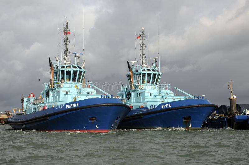 Zware Sleepboten in haven stock foto