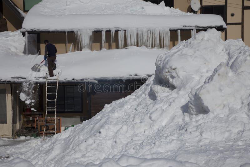 Zware sneeuw op dak royalty-vrije stock afbeelding
