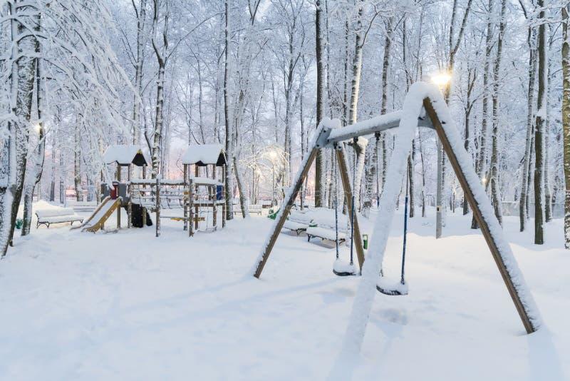 Zware sneeuwval in Moskou, kinderen` s speelplaats onder de sneeuw Instorting van openbare diensten royalty-vrije stock afbeeldingen