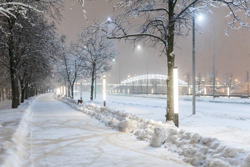 Zware sneeuwval in Moskou Nachtmening van parken en wegen tijdens een sneeuwval Instorting van openbare diensten royalty-vrije stock foto's