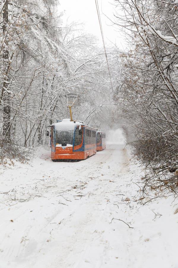 Zware sneeuwval in Moskou Snow-covered wegen en beschadigde machtslijnen tijdens een sneeuwval Instorting van openbaar vervoer en stock foto