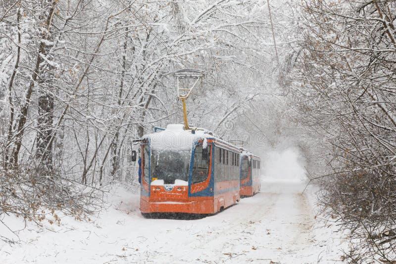 Zware sneeuwval in Moskou Snow-covered wegen en beschadigde machtslijnen tijdens een sneeuwval Instorting van openbaar vervoer en stock afbeeldingen