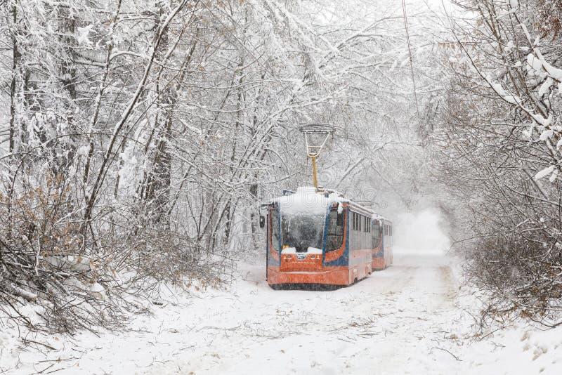 Zware sneeuwval in Moskou Snow-covered wegen en beschadigde machtslijnen tijdens een sneeuwval Instorting van openbaar vervoer en royalty-vrije stock foto's