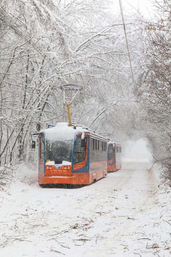 Zware sneeuwval in Moskou Snow-covered wegen en beschadigde machtslijnen tijdens een sneeuwval Instorting van openbaar vervoer en royalty-vrije stock foto