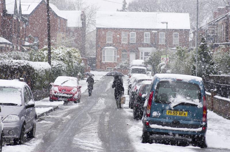 Zware sneeuwval op een stadsstraat in de de wintertijd van het jaar stock afbeelding