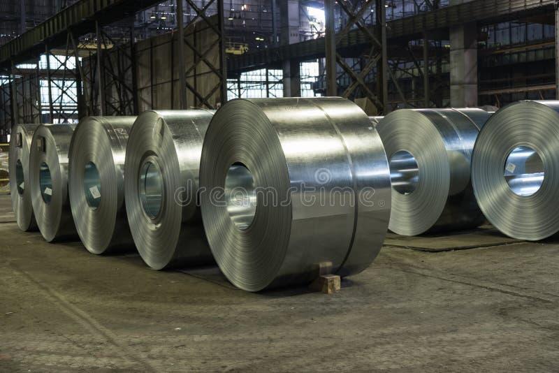 Zware staalrollen op de staalfabriekvloer royalty-vrije stock fotografie