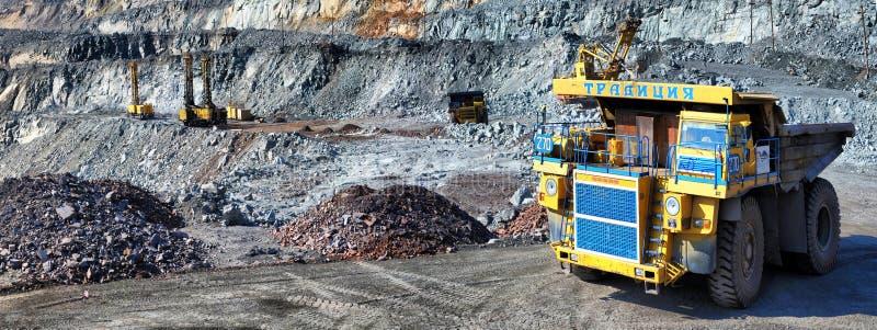 Zware stortplaatsvrachtwagen die het ijzererts dragen stock fotografie