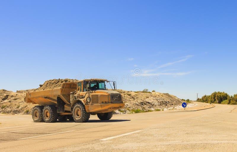 Zware stortplaatsvrachtwagen of kipwagen royalty-vrije stock foto