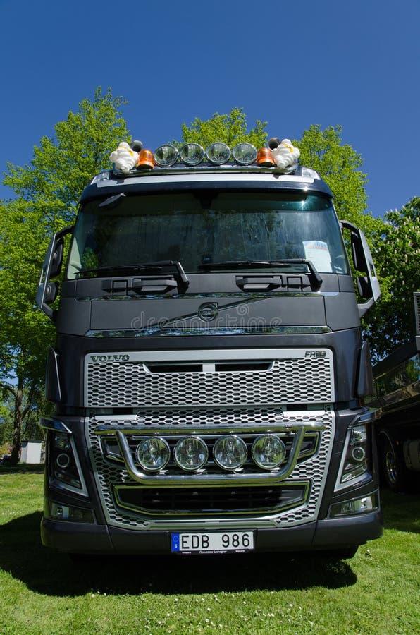 Zware Volvo-vrachtwagenvoorzijde stock afbeelding