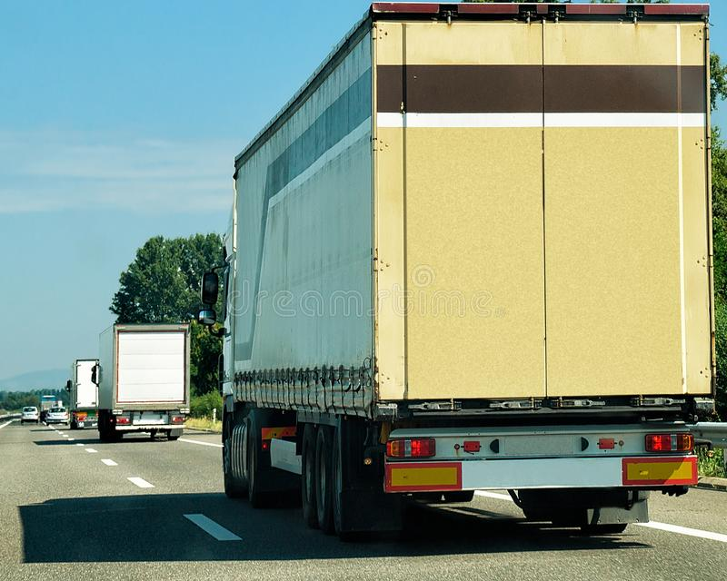 Zware vrachtwagens op rijweg Zwitserland royalty-vrije stock afbeelding
