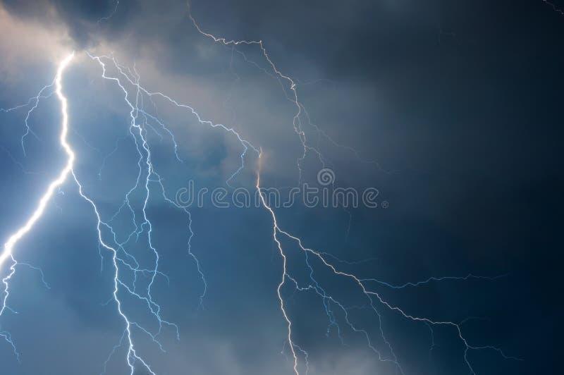 Zware wolken die donderbliksem en onweer brengen royalty-vrije stock foto's