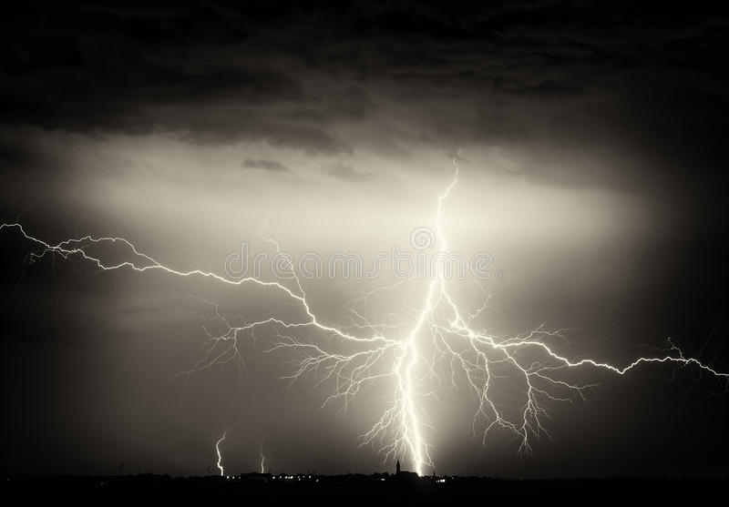 Zware wolken, donder, bliksem en regen tijdens onweer over stad stock afbeeldingen