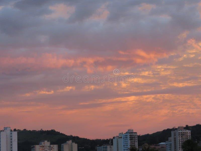 Zware wolken op zonsondergang royalty-vrije stock afbeelding