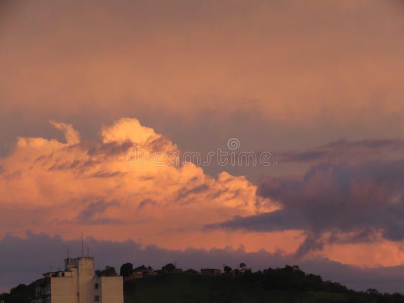 Zware wolken op zonsondergang stock afbeeldingen