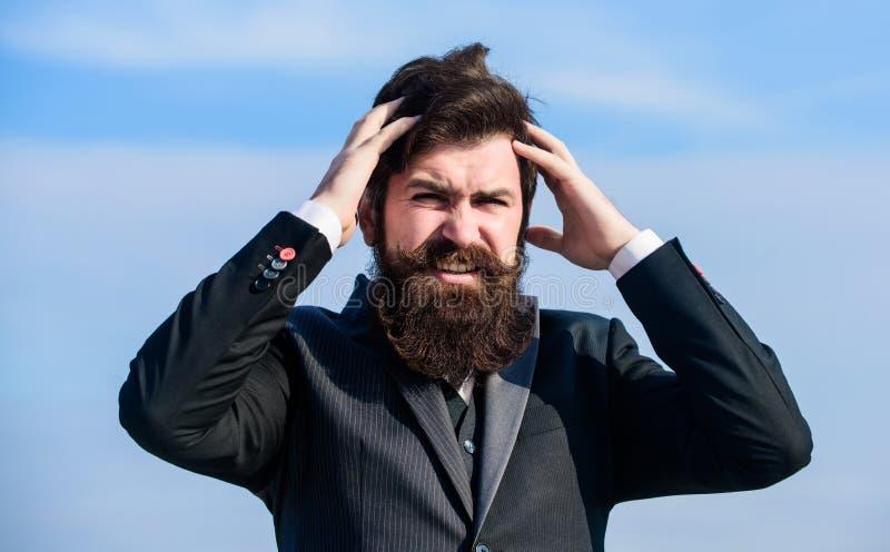 Zware zaken Pijn en migraine Frustratie en teleurstelling Onvergeeflijke fout Zakenman het tonen beduimelt neer Mens stock afbeeldingen