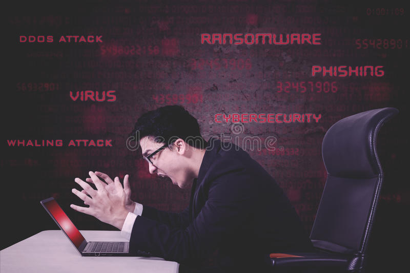 Zware zakenmanschreeuwen op beschadigde laptop royalty-vrije stock fotografie