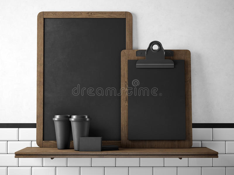 Zwart bord op boekenrek met twee lege koffiekoppen, businesscards en leeg bureau het 3d teruggeven stock foto